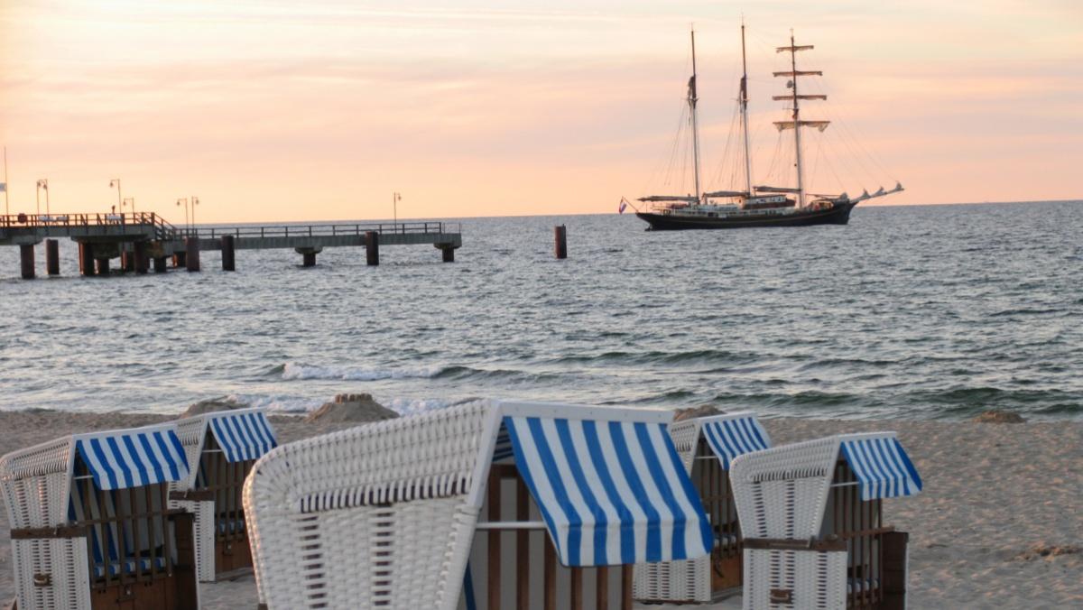 Segelschiff am Strand vom Ostseebad Göhren