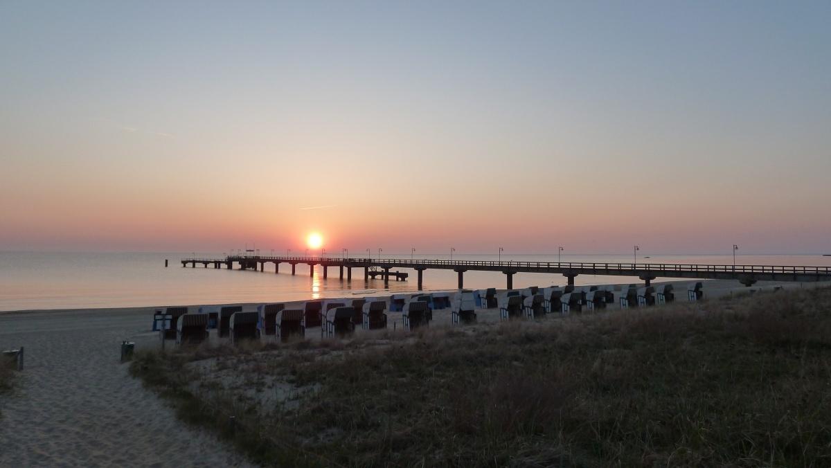Sonnenaufgang über der Seebrücke im Ostseebad Göhren